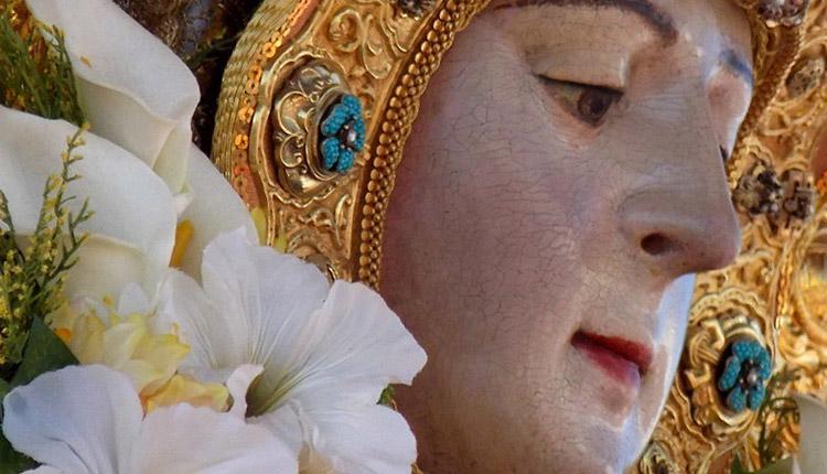 Un pañuelo donado por los jóvenes de Gines cubrirá el rostro de la Virgen del Rocío en su traslado a Almonte