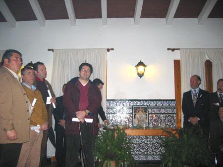 Palabras de agradecimiento del Vice-Presidente de la Hdad. Matriz, Don Juan Ignacio Reales, acompañado de miembros de su Junta