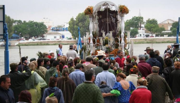 Asamblea de Hermandades de nuestra Señora del Rocío que cruzan el río Guadalquivir, a su paso por Coria del Río