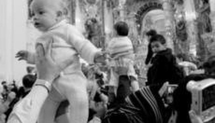 Unos 1.500 niños se presentaron ayer ante la Virgen del Rocío