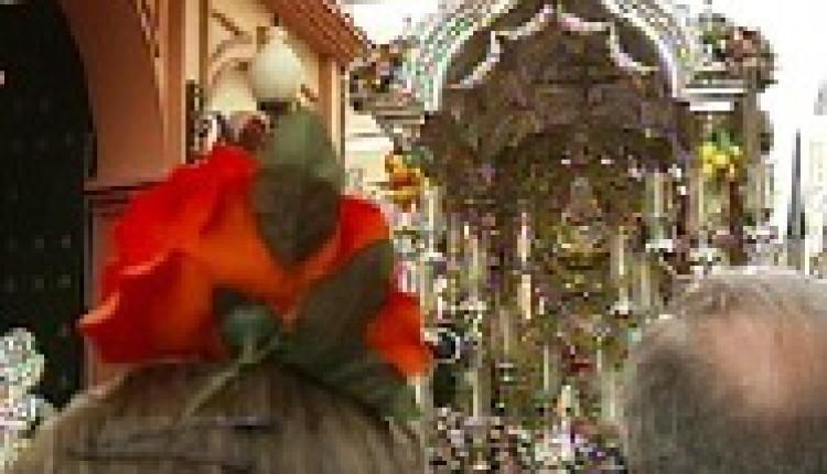 Buen tiempo y ambiente festivo en la salida de las hermandades de Sevilla