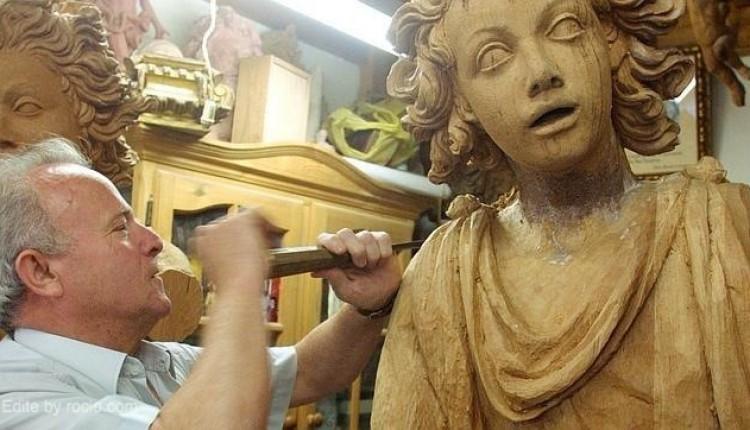 El escultor e imaginero Manuel Carmona Martínez, escultor del retablo del santuario del Rocío, sufre un accidente en su mano