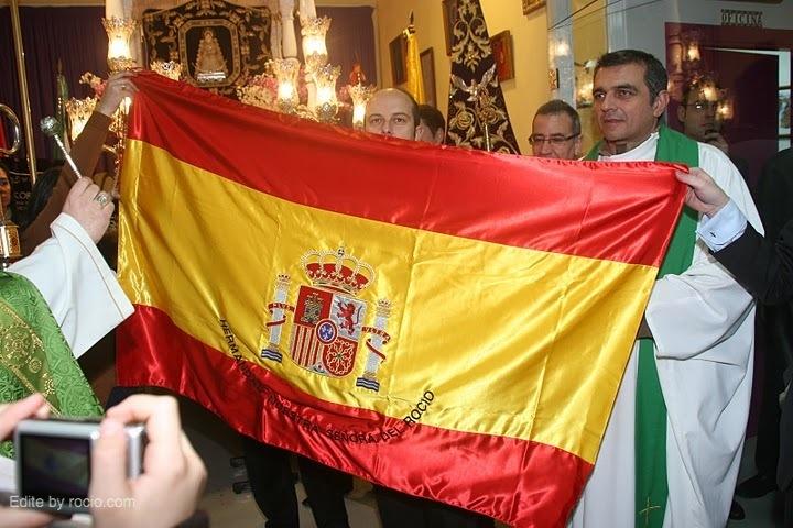 Recibimos como regalo del Coronel Jefe, una bandera de España con el nombre de nuestra Hermandad bordado