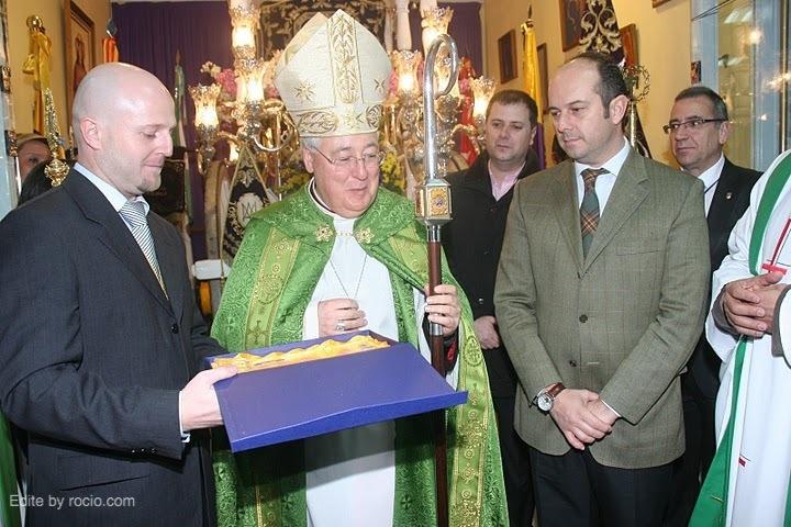 Entrega de una placa de agradecimiento al Sr. Obispo y otra al Sr. Alcalde