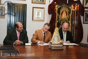 Al Acto de la firma del convenio acudieron miembros de las juntas de gobierno de ambas corporaciones
