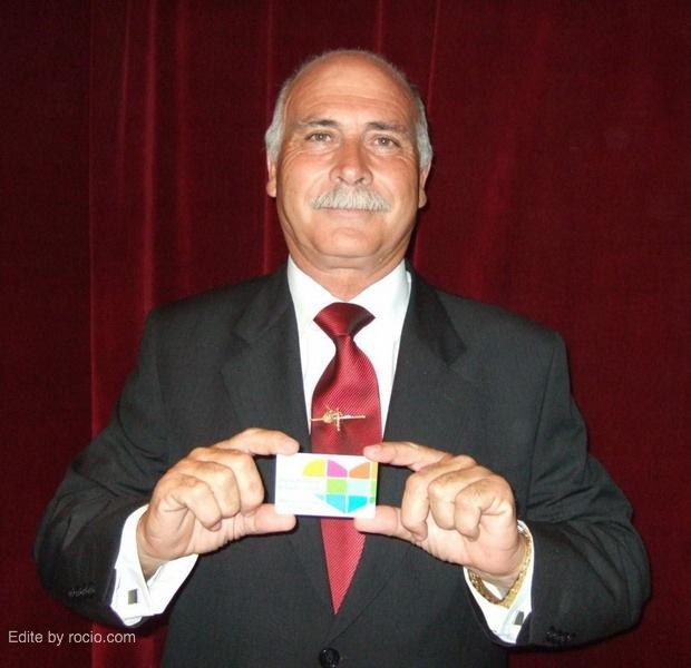 Juan Perea, Hermano Mayor de Sevilla Sur, con su Tarjeta de Donante