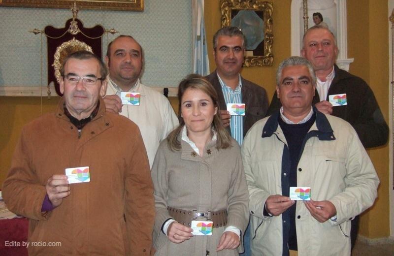 La Junta de Gobierno de La Hermandad de Los Palacios con sus Tarjetas de Donante