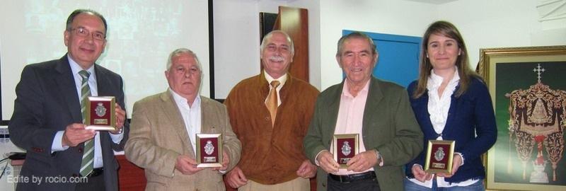 Juan Perea, Hermano Mayor de Sevilla Sur, entregó un recuerdo del acto a los ponentes. José Pérez Bernal, Manuel Muñoz, Joaquín Tirado y María José Tirado