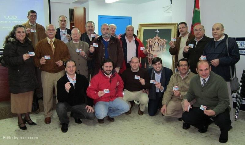 La Junta de Gobierno de la Hermandad de Nª Sª del Rocío Sevilla Sur muestra sus Tarjetas de Donantes