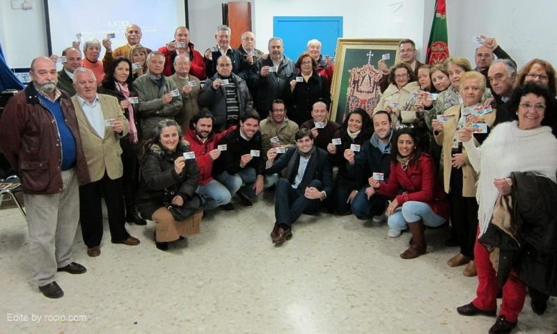 Un grupo de hermanos de Sevilla Sur muestran sus Tarjetas de Donante