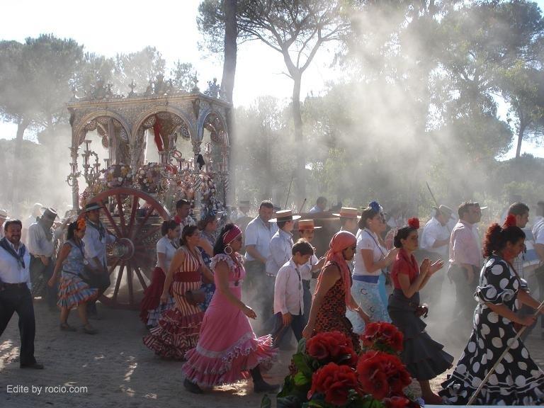 Simpecado rodeado de su gente camino del Rocío