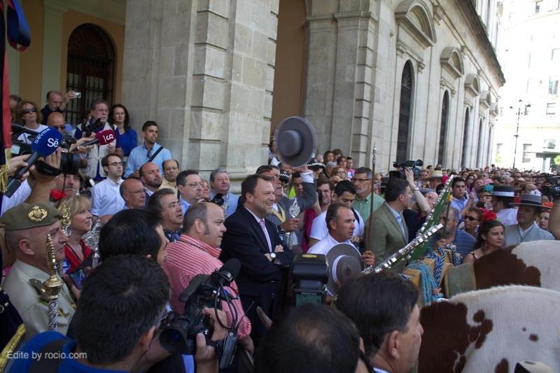 El Alcalde pone un ramo de flores al Simpecado