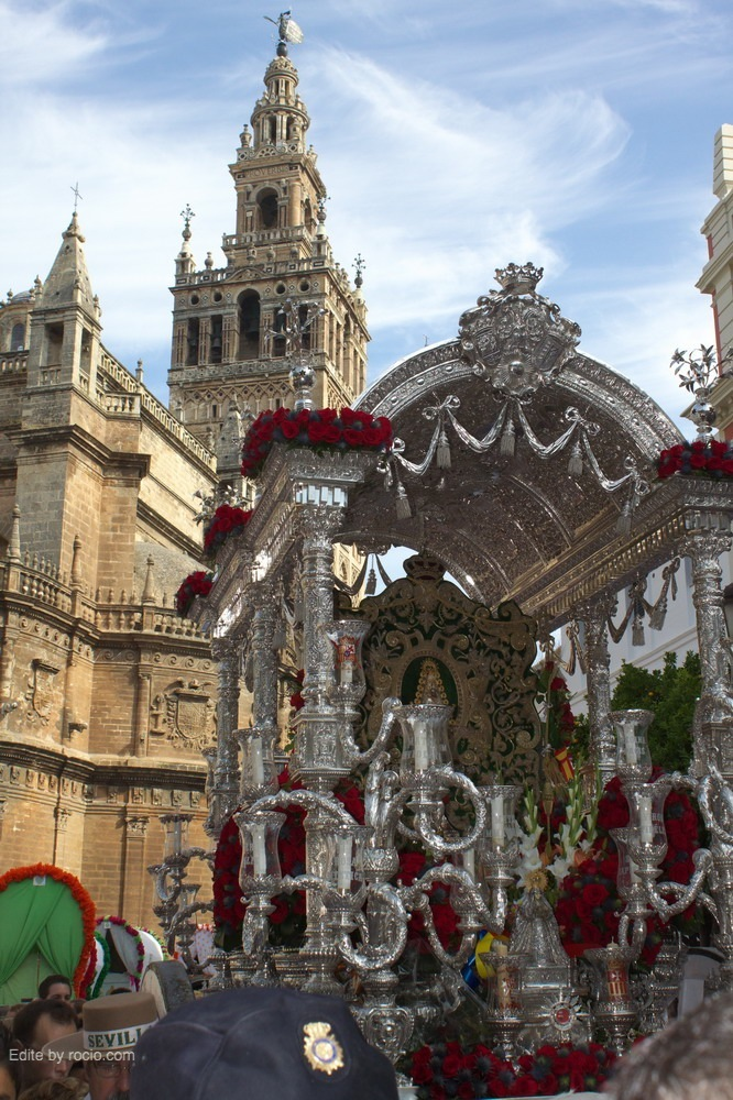 Con la Giralda al fondo, camino de la Casa de la Provincia en la Plaza del Triunfo