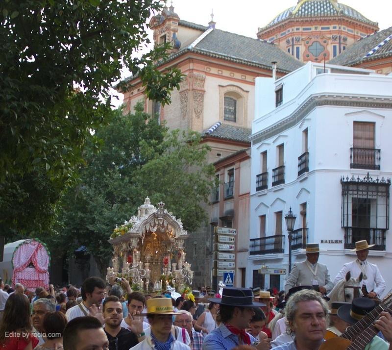 La Hdad.del Rocío de la Macarena en la Plaza de la Magdalena