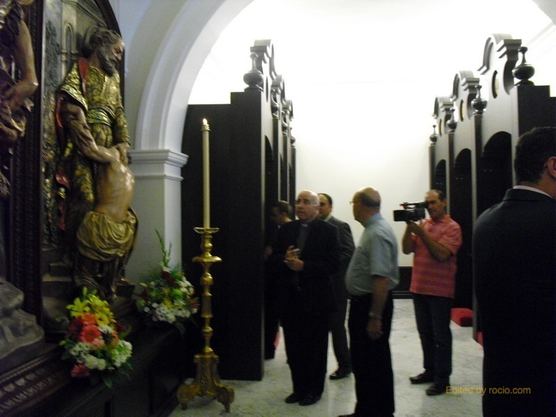 Monseñor Vilaplana, visita previamente la Capilla Penitencial