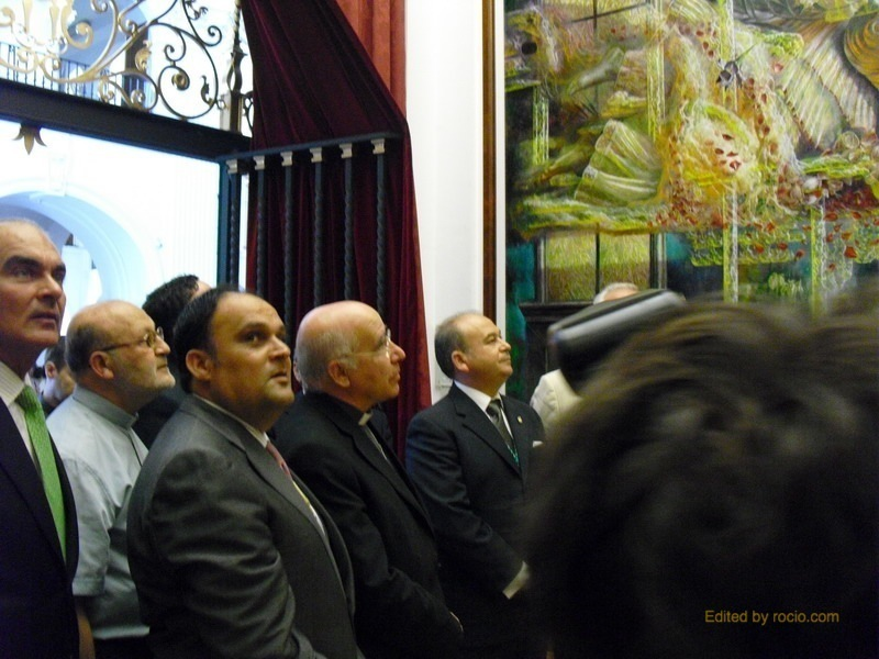 Monseñor Vilaplana admirando los murales laterales
