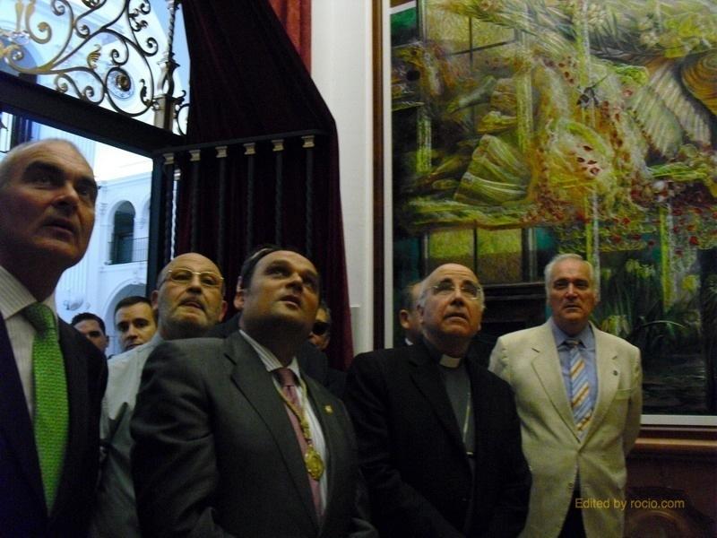 Monseñor Vilaplana admirando los murales laterales, obra de José Antonio García Ruiz