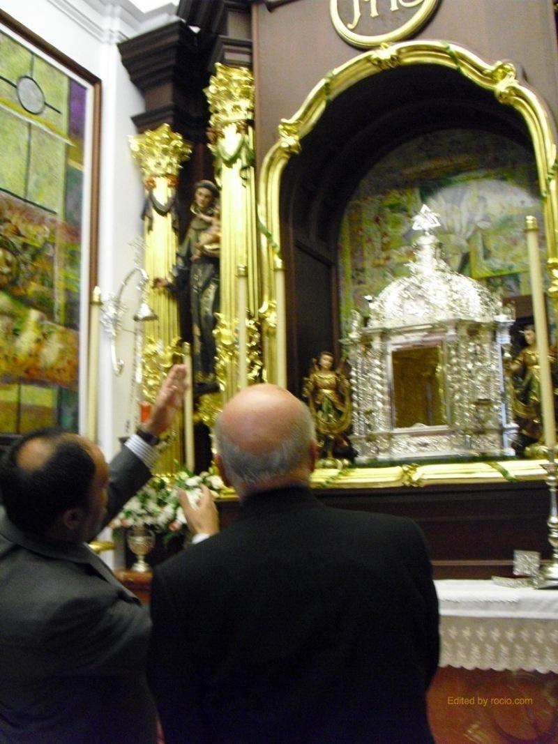 El Presidente de la Hdad. Matriz explicando detalles al Sr. Obispo