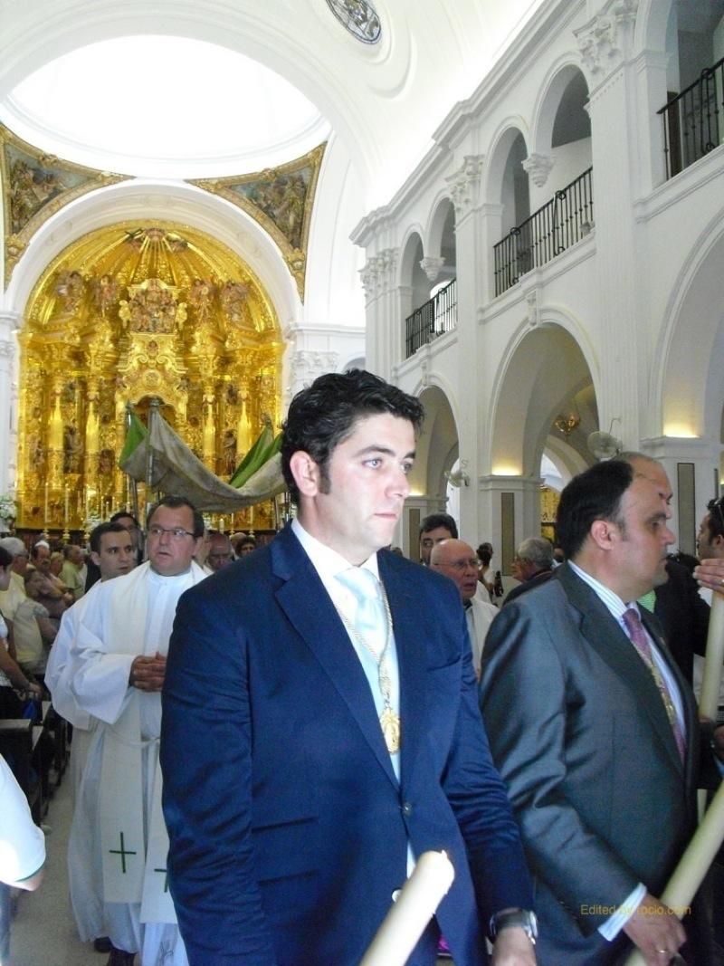 Procesión Eucarística, en primer plano, el Hno. Mayor de la Hdad Matriz 2011, Isidro Medina
