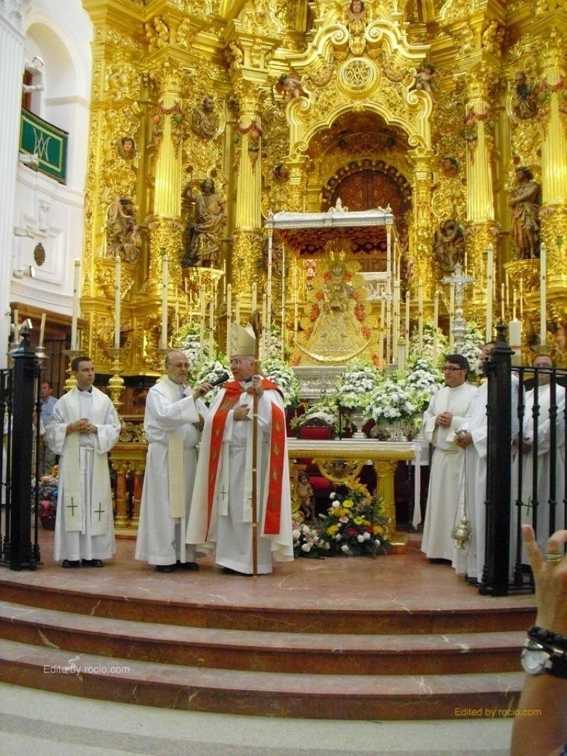 El Sr. Obispo dando la Bendición