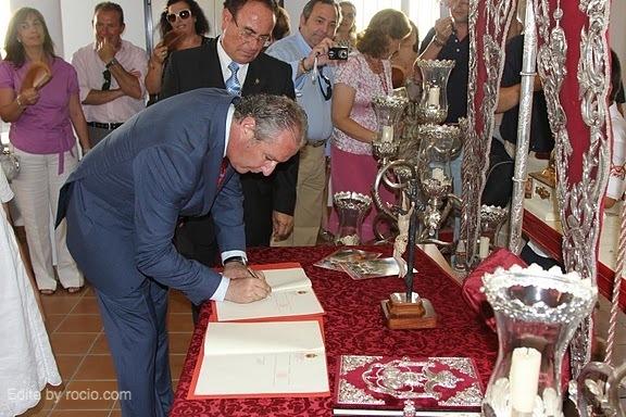 Acto de la firma del nuevo Hermano Mayor para el 2012.