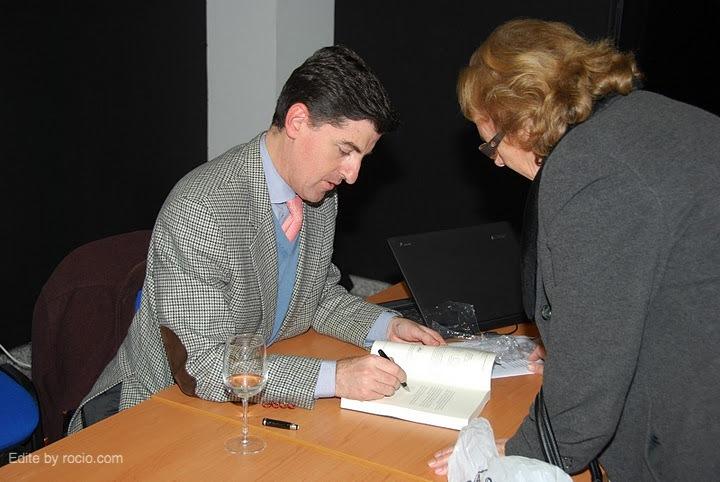 Santiago Padilla, firmando ejemplares de su obra
