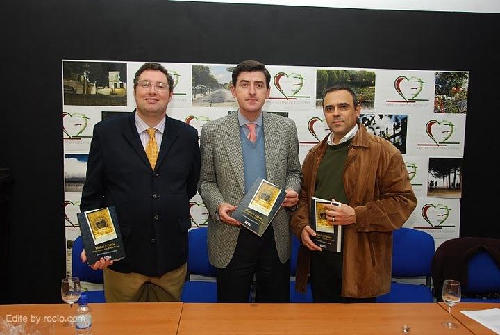 Juan Ignacio Reales, Presidente de la Hdad. Matriz de Almonte, el autor y el editor de la obra, Cándido Guerrero