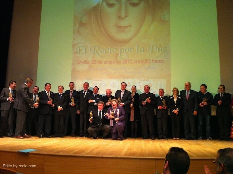 Foto general de los Homenajeados con la entrega de estatuillas conmemorativas