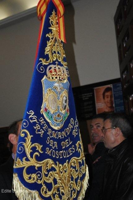 Guión portado por el Alcalde de Carretas II, dirigiéndose a los salones parroquiales.