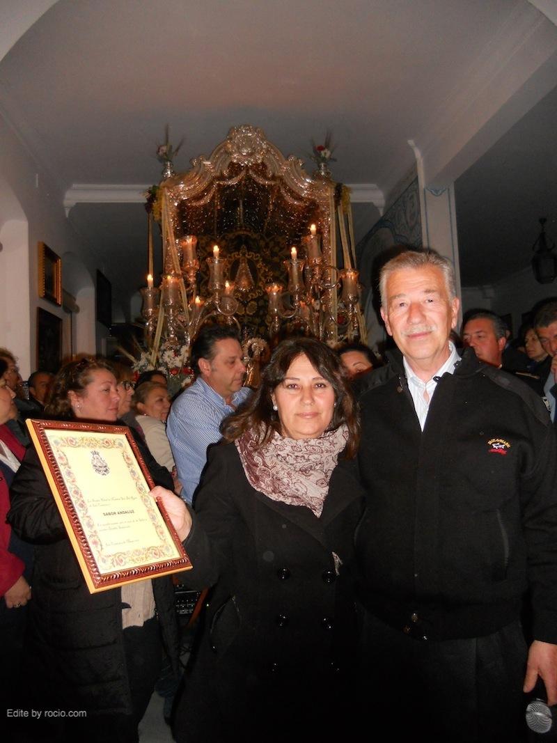 Emiliano Cabot, en nombre de los Hermanos y Hermanas Mayores, entrega a Ana del Carmen, directora del Coro