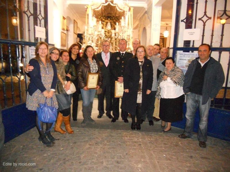 La Junta de Gobierno de la Hermandad del Rocío de Isla Cristina con el Segundo Jefe de la Policía y el Concejal de Seguridad, Emilio Bogarín.