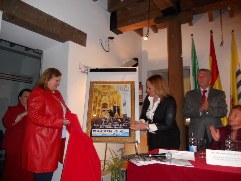 Fali Marchena y la Alcaldesa descubren el cartel de cuya fotografía es autor José Antonio Figuereo,.