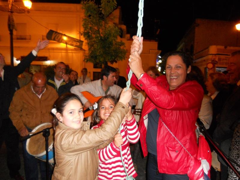 La Hermana Mayor Isabel Morcillo llamando al toque de campaña para iniciar el canto de la Salve.