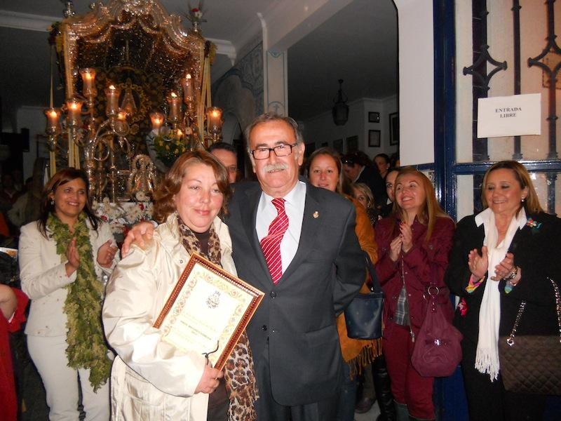 La Hermana Mayor Pepa Mirabent recibe de manos del Presidente Paco Amorós un recuerdo de la Hermandad para la Peña La Carcoma por haber cantado la Salve al Simpecado.
