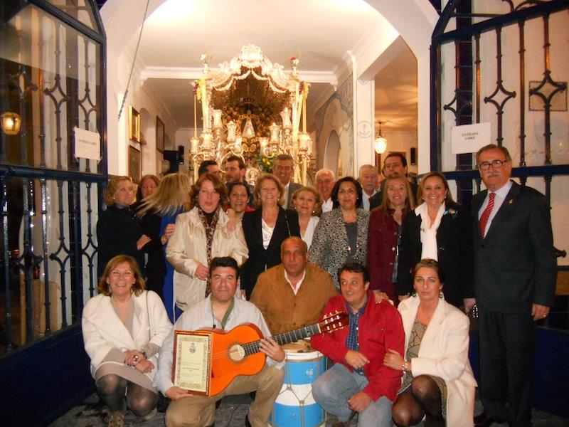 foto de familia de los hermanos y hermanas mayores con la Alcaldesa, Presidenta del Consejo, Presidente de la Hermandad