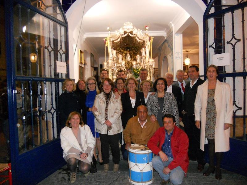 Los Hermanos y Hermanas Mayores de la Romería 2012 a los pies del Simpecado.