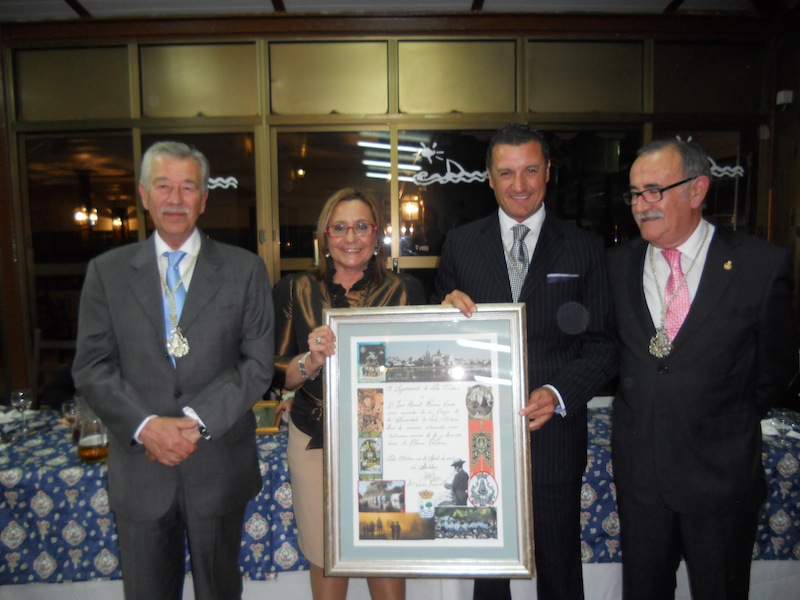 El Pregonero con el cuadro que le regaló el Ayuntamiento obra del artista isleño Francis Zamudio.
