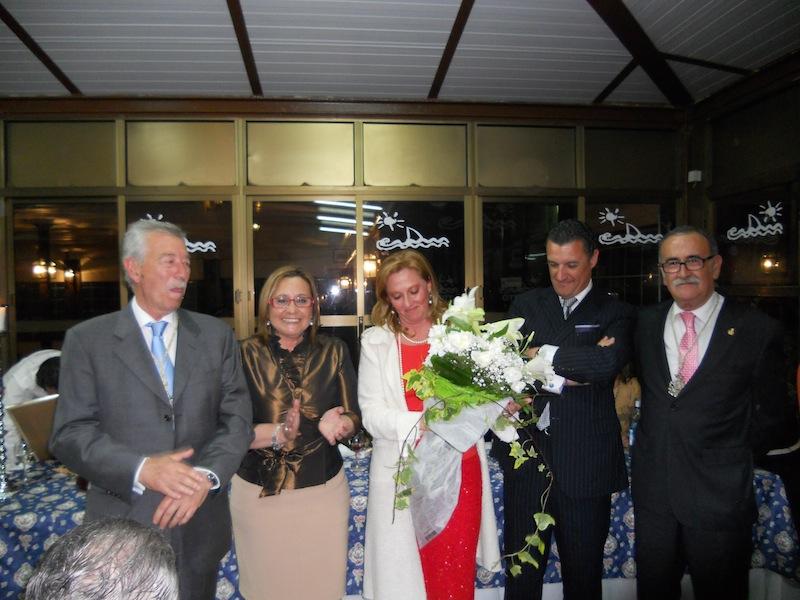 A la mujer del Pregonero, Rocío, la Hermandad obsequió con un ramo de flores.