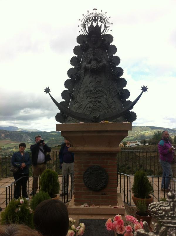 Frente al Monumento a la Virgen del Rocío