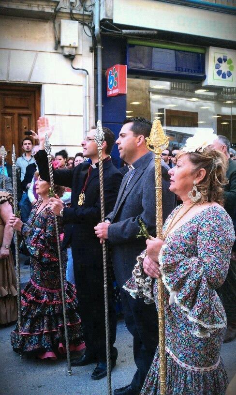 El pregonero, junto al capellán y la presidenta de la Hdad, exaltando al simpecado y la Virgen del Rocío tras la salve ante las RR.MM. Dominicas
