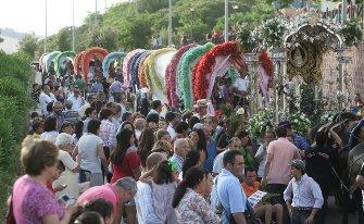 La caravana rociera haciendo su entrada ayer en Jerez a la altura del hospital San Juan Grande. / Pascual