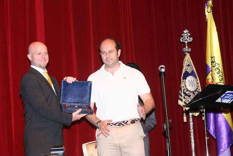 Recibimos de manos del Excmo. Sr. Alcalde una placa de agredecimiento. La Hdad. le obsequió imponiéndole nuestra medalla