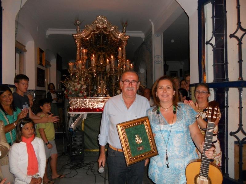 El Presidente Francisco Amorós le hace entrega a Mari Toni Contreras, en representación de