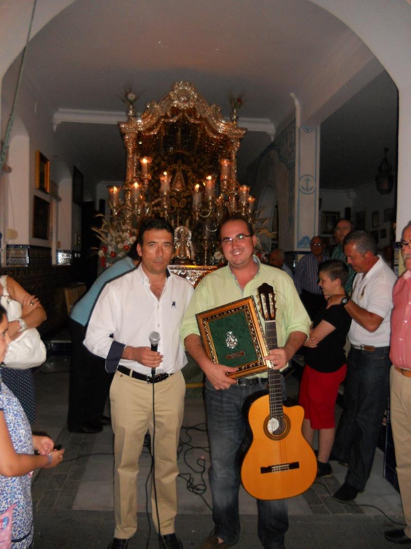 Cayetano Pérez Chaparro con nuestro Hermano Mayor, Juan Vázquez Malavé quien le entregó un recuerdo de su paso por la Hermandad