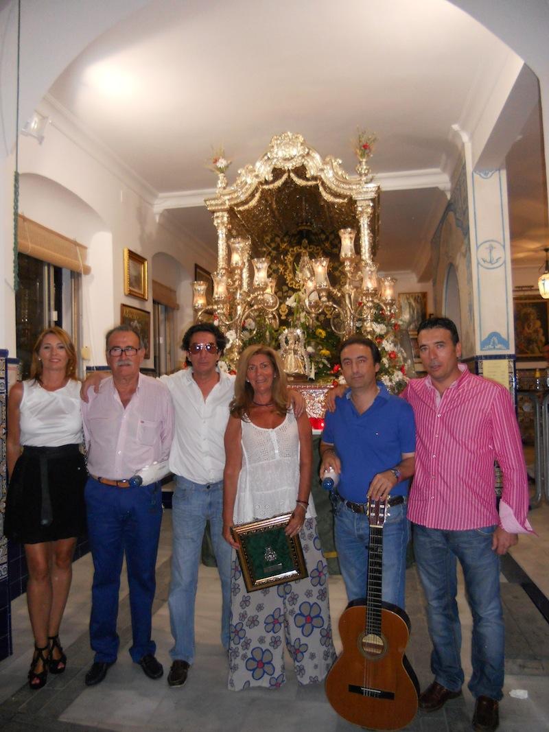 Foto de familia donde aparecen también el Presidente de la Hermandad y el Hermano Mayor, Juan Vázquez con su esposa Lola