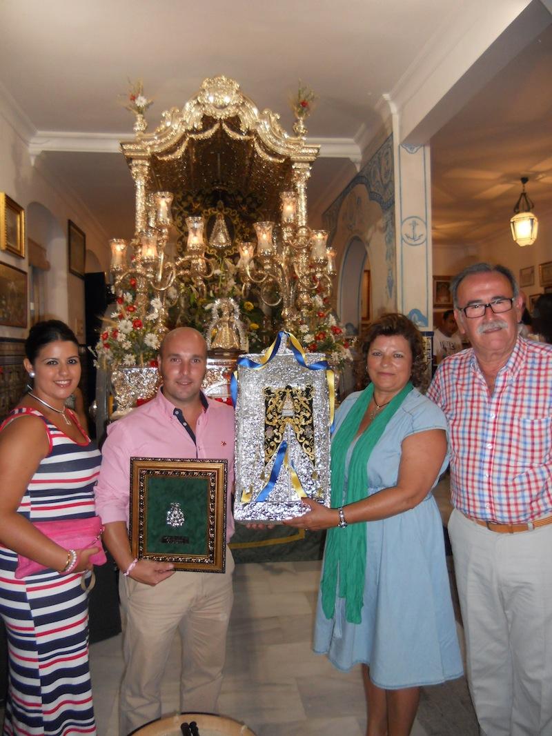 El tamborilero, en nombre de él y de su mujer, hace entrega al Presidente y a su esposa de una réplica de nuestro Simpecado.