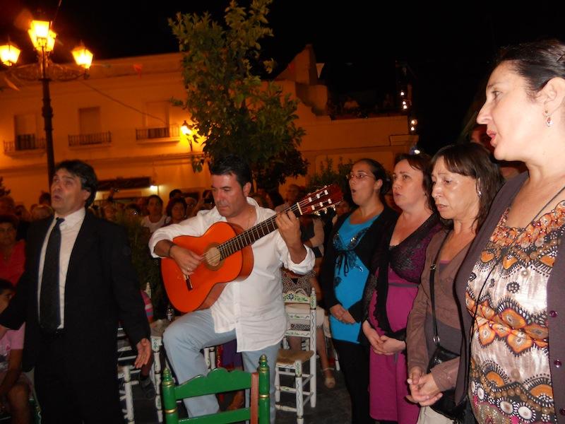 Fernando Vázquez Ortíz junto a la guitarra de Nacho Vinagre y miembros del Coro Lírico de Cámara de Huelva interpretando la Salve.