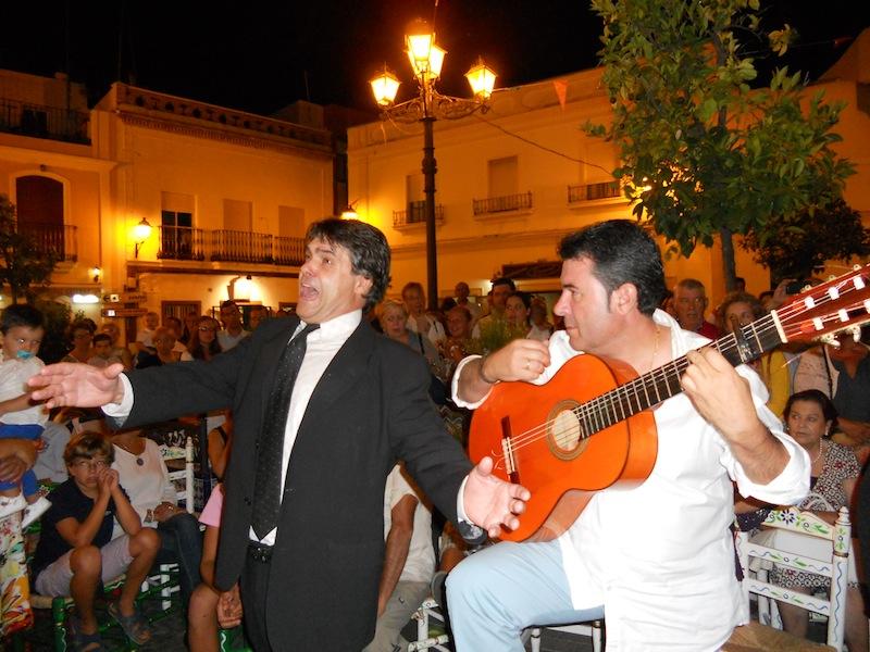 Juan Vázquez Malavé, entrega a Fernando Vázquez Ortíz un recuerdo de su paso por la Hermandad