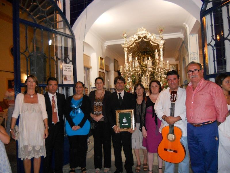 Foto de Familia de los intérpretes de la Salve acompañados por el Hermano Mayor, Juan Vázquez , su esposa Lola y el Presidente, Francisco Amorós