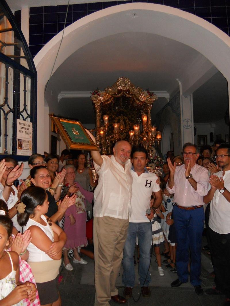 El Director de la Coral, Vicente Sanchíz con el Hermano Mayor, Juan Vázquez, recibiendo un recuerdo de la Hermandad